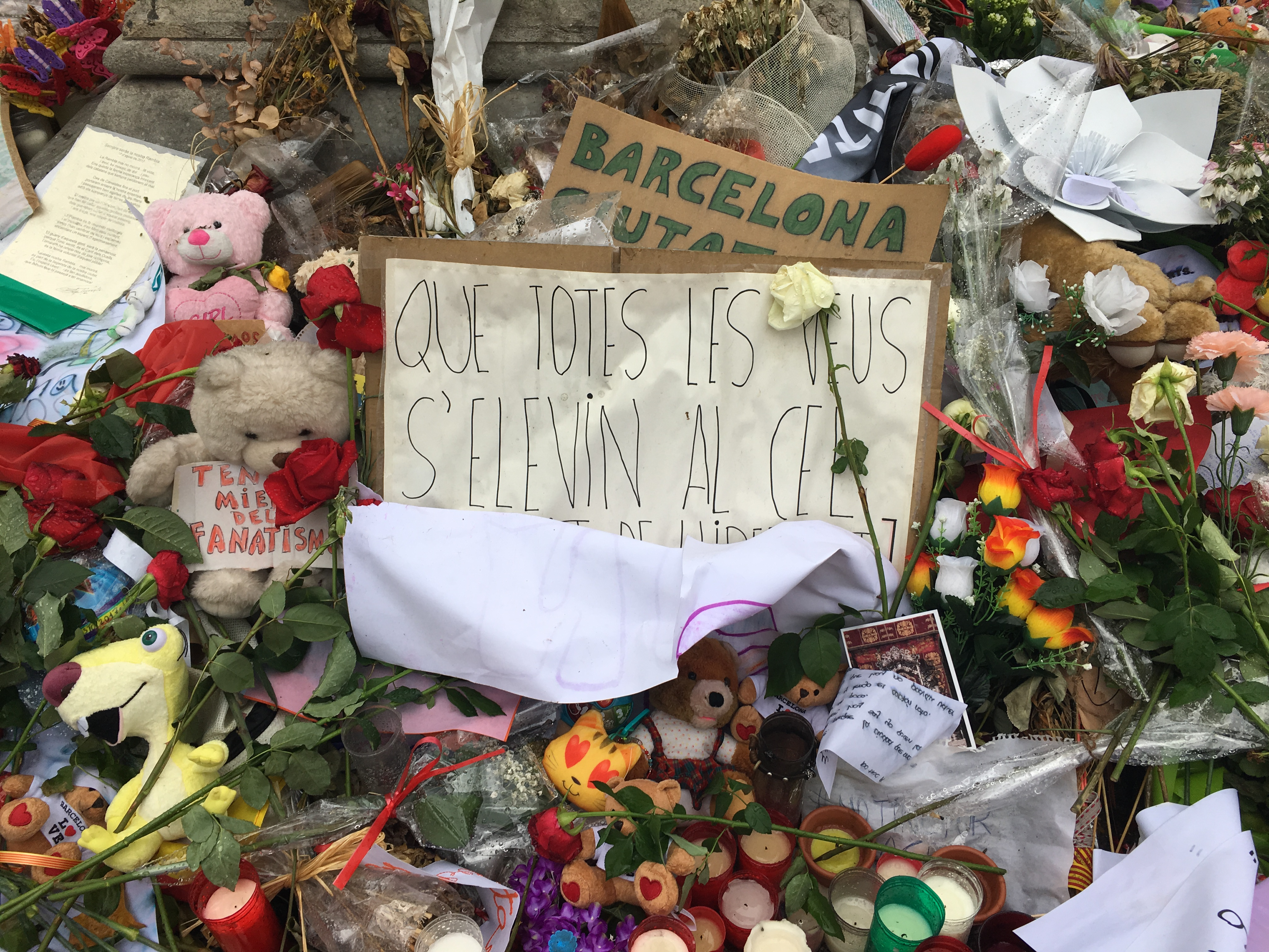 image of objects in the spontaneous memorials in Barcelona after the 17th August 2017 terrorist attack